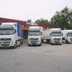 Line up iranischer LKWs vor unserem Hautptgebäude